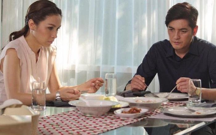 Sáng cuối tuần chồng ân cần nấu bữa sáng cho vợ con, song cô vợ lại hạ quyết tâm ly hôn chỉ vì một câu hỏi hồn nhiên của nhân vật đặc biệt