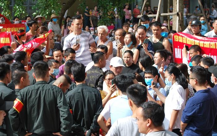 Hà Nội: Hàng nghìn hộ dân chung cư The Vesta bức xúc bỏ mọi công việc, tập trung phản đối chủ đầu tư phá dỡ sân chơi trẻ em làm chỗ đỗ xe