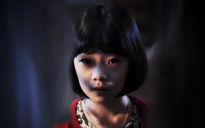 """Con gái 8 tuổi hay bảo """"giường chật quá"""" dù ngủ một mình vào ban đêm, người mẹ âm thầm theo dõi liền phát hiện sự thật nhói lòng"""