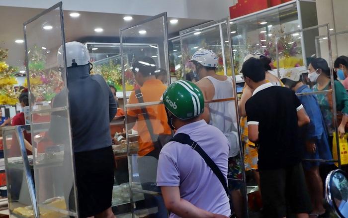 Đến hẹn lại lên, người Hà Nội xếp hàng chờ đến lượt mua tại các cửa hàng bánh Trung thu cổ truyền