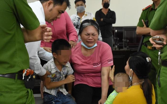 Nghẹn lòng cảnh cậu bé 5 tuổi khóc trong phiên tòa xét xử mẹ tội mua bán người