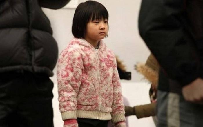 Bé gái 8 tuổi gõ cửa nhà người lạ xin được nhận làm con nuôi vì bị bỏ rơi, cảnh sát vào cuộc liền phát hiện sự thật không ngờ