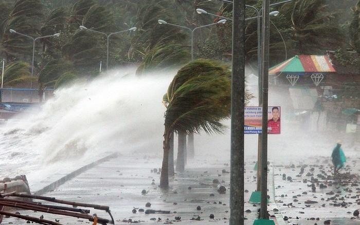 Bão số 5 áp sát đất liền, gió giật cấp 11, miền Trung mưa to đến rất to