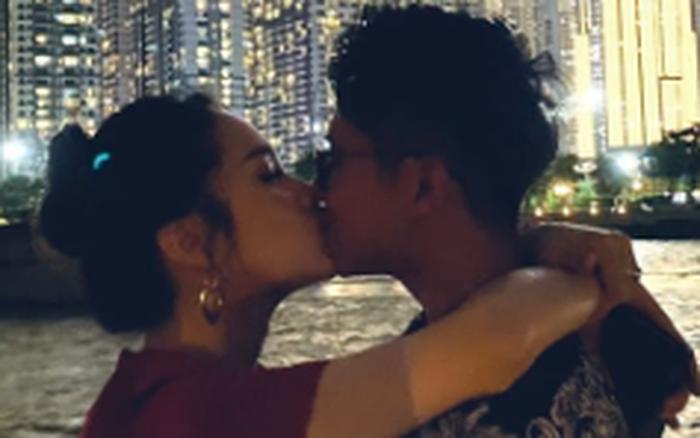 Hot: Hương Giang công khai ảnh khóa môi bạn trai CEO Singapore