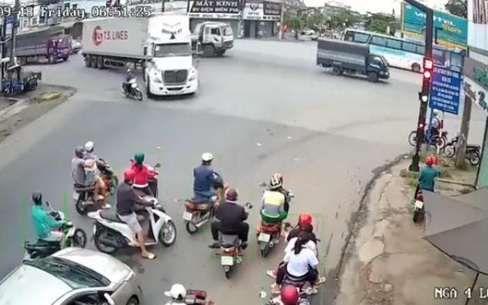 Clip: Phóng xe máy tạt đầu đúng lúc container đang vào cua, người đàn ông bị bánh xe cán qua trước ánh mắt kinh hãi của người đi đường - xổ số ngày 07122019