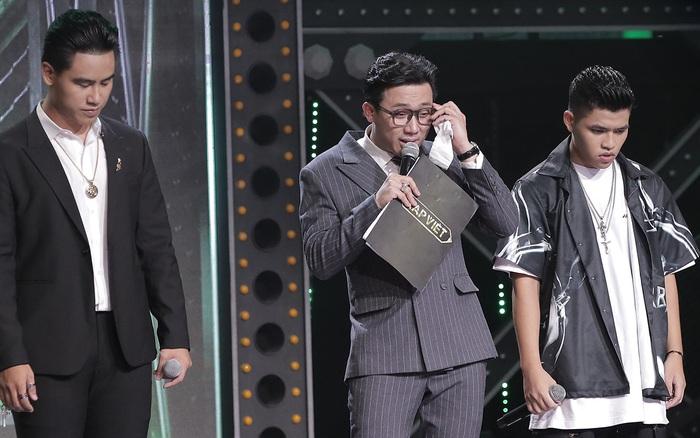 Rap Việt: Trấn Thành òa khóc với màn đối đầu cực căng của học trò Karik, đến Wowy còn phải tung Nón Vàng giải cứu
