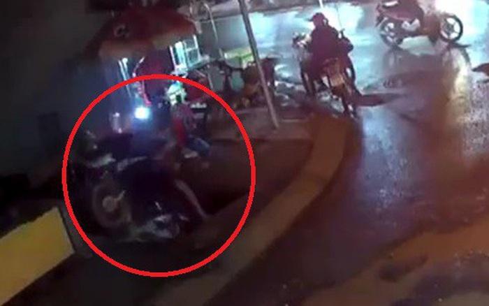 Xe máy lọt hố sâu không rào chắn trên đường đang thi công ở Sài Gòn, một người bị thương