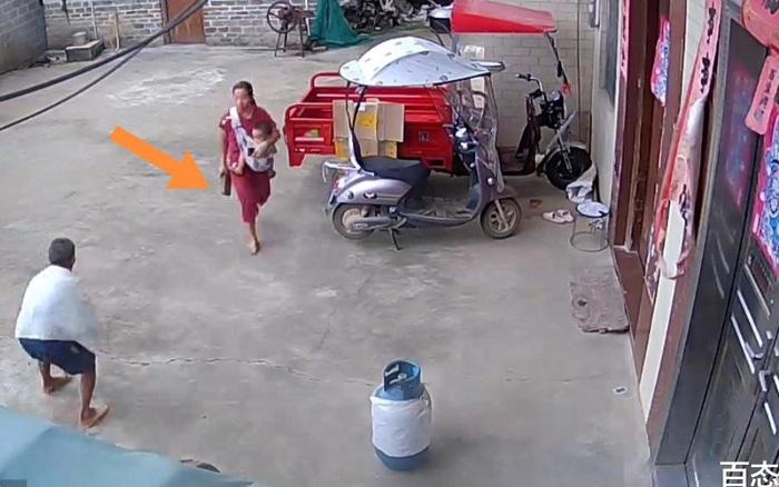 Con dâu vừa bế con vừa ẩu đả với bố chồng, phẫn nộ hơn là hành động dùng gạch đập vào bình gas trước cửa nhà