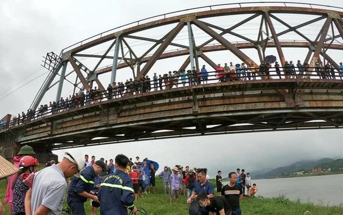 Thương tâm: Thấy cô gái đi xe máy ngã sông, tài xế xe tải lao xuống cứu nhưng bất thành khiến cả 2 bị nước cuốn mất tích