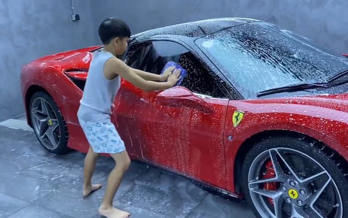 Subeo mới 10 tuổi đã biết rửa xe hơi, hóa ra con của đại gia không