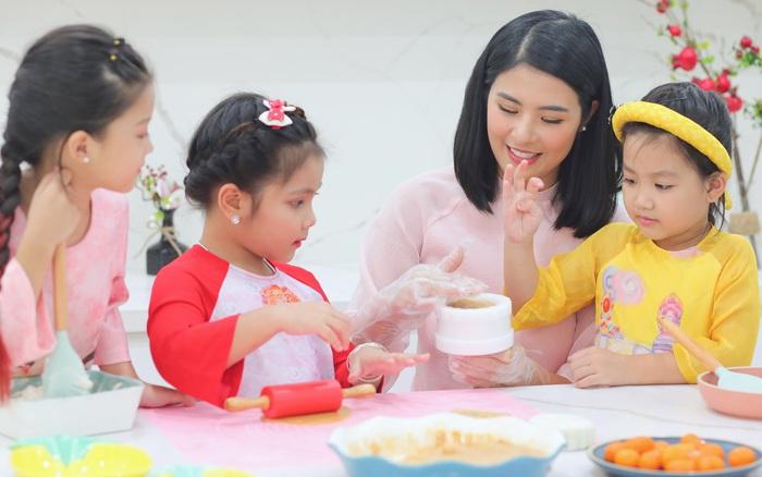 Hoa hậu trổ tài làm bánh Trung thu đẹp lung linh khiến cộng đồng mạng bão like rần rần