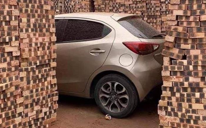 Đỗ xe bên lề đường bất chấp biển cảnh báo, chủ nhân xế hộp Mazda nhận về hàng đống gạch theo đúng nghĩa đen