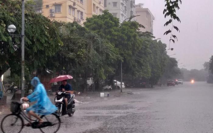 Bầu trời Hà Nội chuyển tối sầm, đổ mưa nặng hạt sau chuỗi ngày oi bức trước khi chuyển mát từ ngày mai - thời tiết hà nội