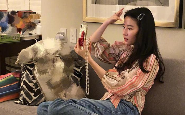 Lưu Diệc Phi công khai ảnh chụp bằng camera trước không hề chỉnh sửa, hé lộ nhan sắc thật sự ở tuổi 31