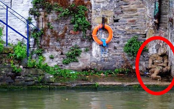 Phát hiện xác người ngồi thu lu bên bờ sông, người dân hốt hoảng gọi cảnh sát rồi nhận ra sự thật nhưng không ai giải thích nổi