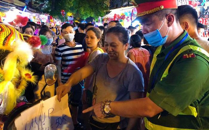 Hà Nội: Trước thềm Tết Trung thu, hàng loạt tiểu thương trên phố Hàng Mã bị nhắc nhở vì treo biển cấm chụp ảnh