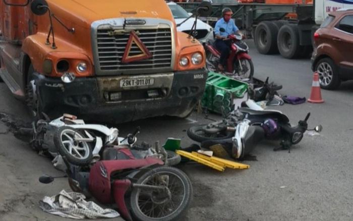Dừng xe chờ đèn đỏ, 7 xe máy bị xe đầu kéo húc văng, nhiều người bị thương ở Hải Phòng