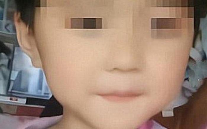 Con gái 5 tuổi mất tích rồi tự trở về nhà trong tình trạng đau đớn, bố lập tức đưa đến bệnh viện khi nhìn thấy vết máu trên quần con