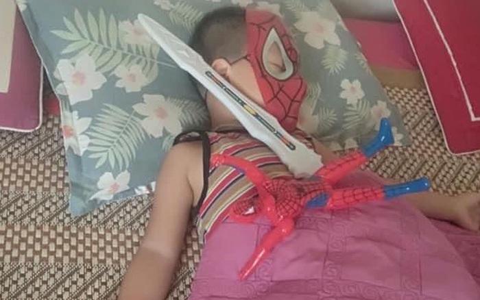 Vừa tậu bộ đồ chơi mới, bé trai mang không sót thứ gì đi ngủ, dân mạng xem ảnh bồi hồi: