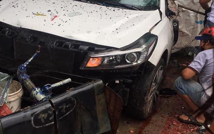Clip: Ô tô 4 chỗ biến dạng, văng lốp tứ tung sau tai nạn kinh hoàng, người dân dùng xà beng cạy cửa cứu nạn nhân