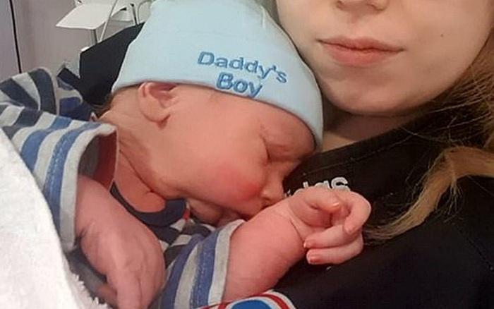 Sau cơn đau bụng dữ dội được đưa đi cấp cứu, bé trai nặng 4.2kg chào đời trước sự ngỡ ngàng tột độ của bố mẹ vì không biết mình mang thai