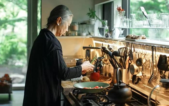 Ở tuổi 65 tuổi, nữ nhiếp ảnh gia nổi tiếng người Nhật một mình xây nhà trên núi để an hưởng tuổi già