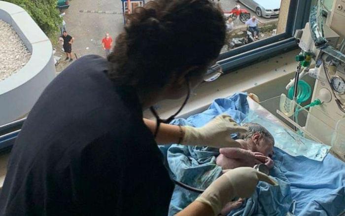 Điều kì diệu trong thảm họa tàn khốc: Mẹ bầu đang đẻ thì bệnh viện nổ tan tành, em bé vẫn chào đời khỏe mạnh