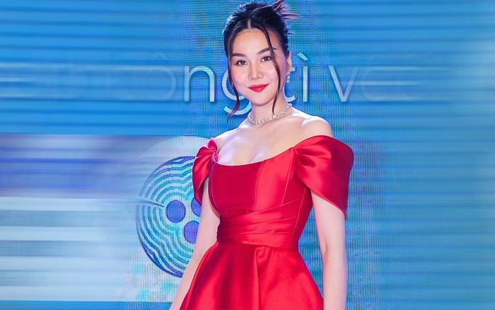 Siêu mẫu Thanh Hằng diện đầm đỏ rực như đóa hồng, khoe vai trần quyến rũ