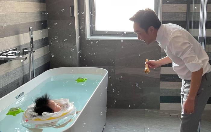 Cường Đô La vừa đi làm về đã sà ngay vào con gái, nào ngờ cô bé lại phản ứng phũ phàng thế này