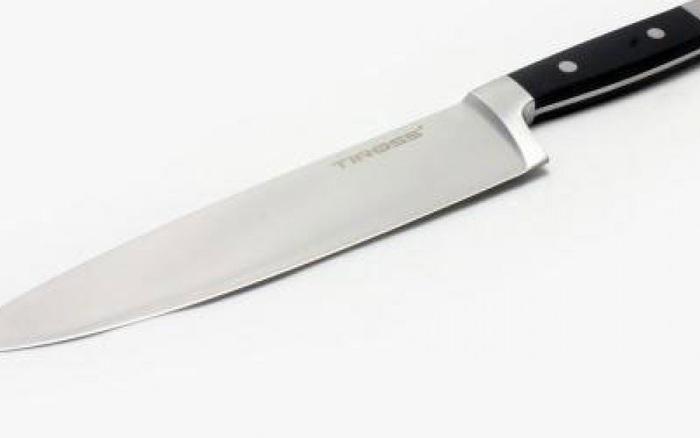 Vợ dùng dao cắt