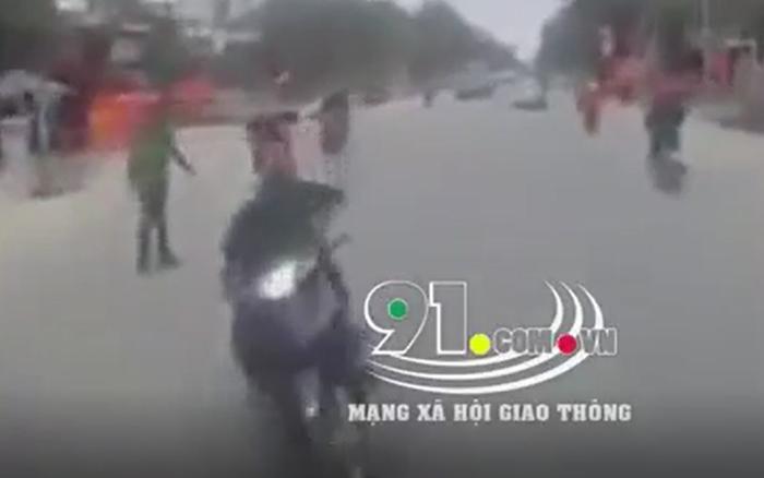 Clip: Chạy ẩu đánh lái tránh công an để