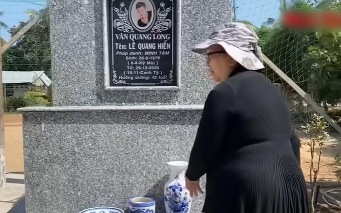 Mẹ ca sĩ Vân Quang Long lên tiếng về chuyện không nhận cháu ngay tại mộ của con trai