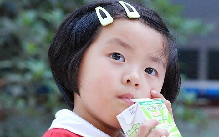 Trẻ em dưới 5 tuổi chỉ nên uống 4 loại đồ uống, có 2 loại tốt nhất là không nên đụng vào
