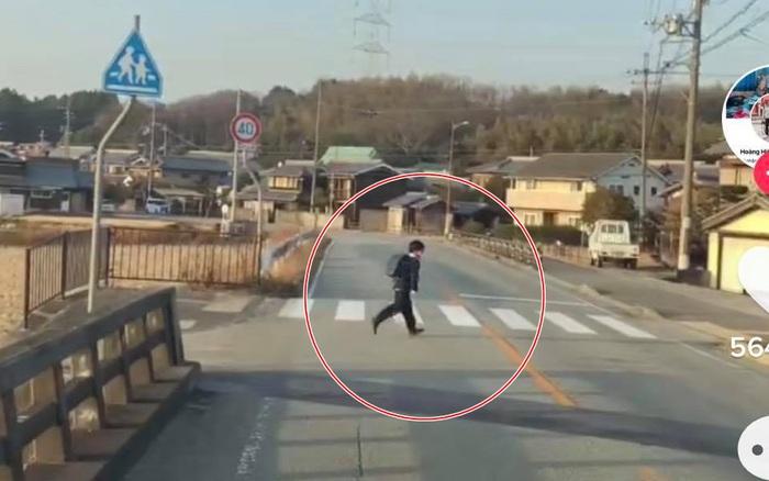Bé trai người Nhật băng qua đường sau đó còn quay lại làm một hành động đặc biệt khiến tài xế bất ngờ
