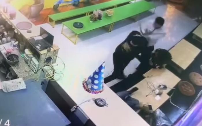 Hà Nội: Người phụ nữ đang ôm con nhỏ bị 2 người đàn ông lao vào hành hung dã man