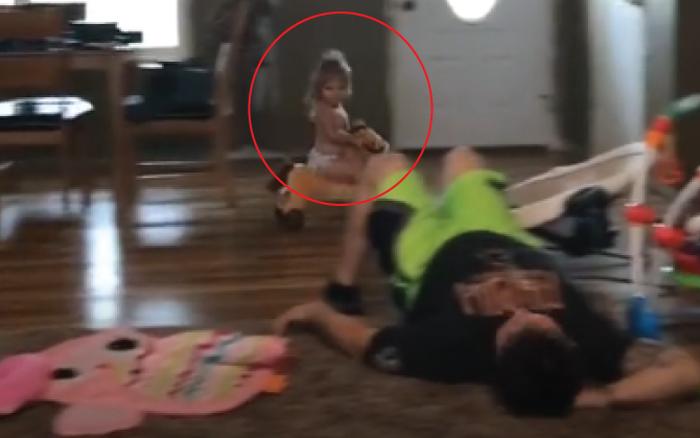 """Ai cũng bảo """"đẻ con gái cho thùy mị"""" đến khi đoạn clip này xuất hiện!"""