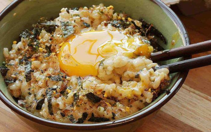 """Cơm nóng trộn trứng sống - sa tế: Món ăn đang hot trên MXH mấy ngày nay, hóa ra lại dễ làm và vô cùng thơm ngon nhờ loại gia vị """"made in Việt Nam"""" này"""
