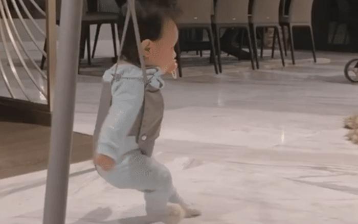 Đàm Thu Trang khoe con gái nhún nhảy nhìn cực yêu, nhưng  nhiều người lại lo lắng, sợ bé bị chân vòng kiềng vì một chi tiết