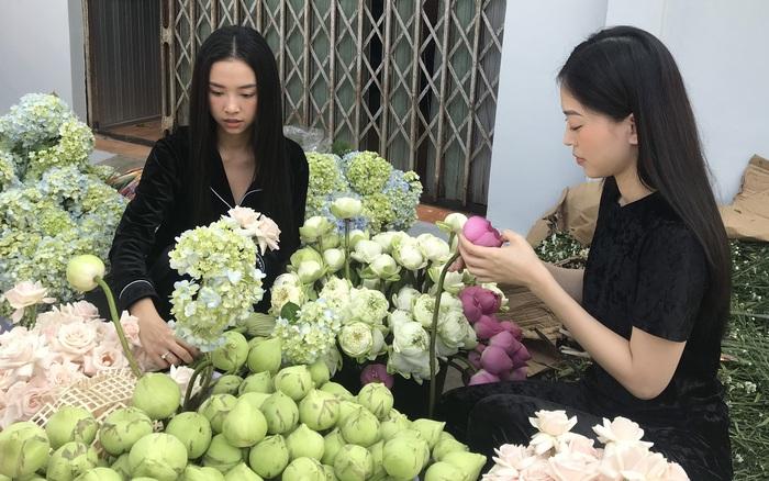 Á hậu Phương Nga chèo xuồng đi chợ, cùng Thúy An trang trí đám cưới đầy hoa tại quê nhà