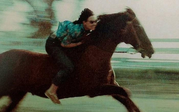 Xem lại ảnh mẹ phi ngựa thuở đôi mươi, cô gái sửng sốt vì phụ huynh tưởng khô khan lại có thể ngầu đến thế!