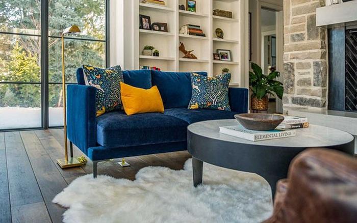 Đừng quên sắm cho gia đình bạn một chiếc ghế sofa bằng nhung khi mùa đông đã về