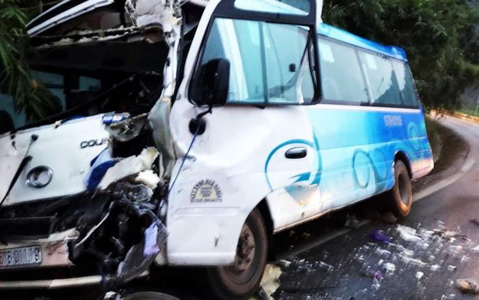 Xe khách chở 29 người đâm vào vách núi sau khi gây tai nạn