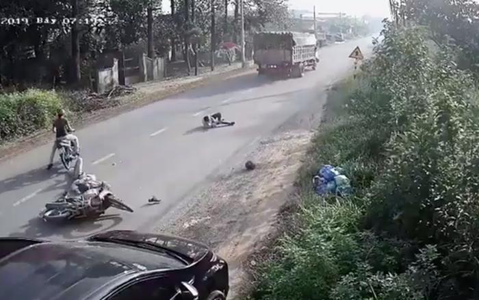 Clip: Mở cửa ô tô không quan sát, 2 người đàn ông đi xe máy phía ...