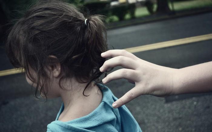 Tìm được con gái sau 3 giờ mất tích với diện mạo khác lúc đầu, người mẹ kinh ...