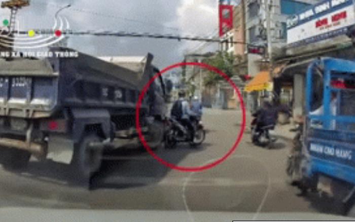 Tài xế xe tải hung hăng đuổi theo, cố tình ép thanh niên chạy xe máy vì ...