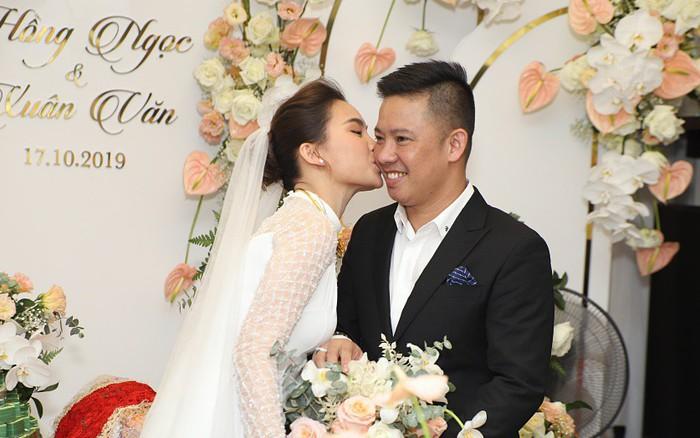 Lễ ăn hỏi của Giang Hồng Ngọc tại nhà riêng: Cô dâu hôn ...