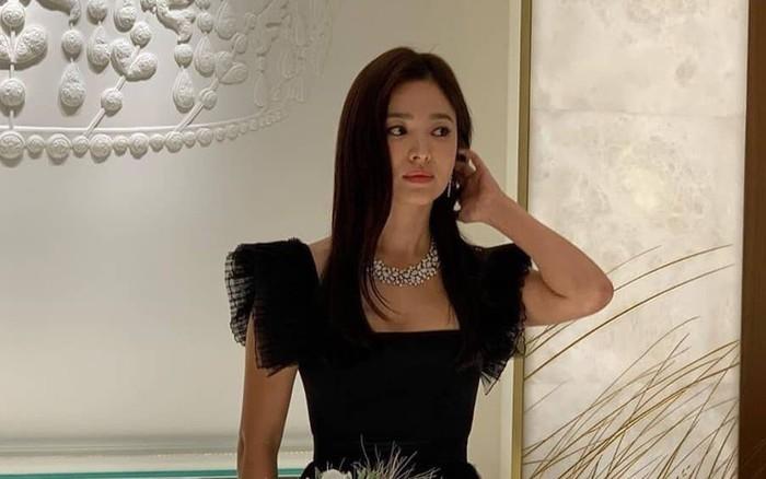 Vừa tuyên bố hủy lịch trình để tưởng nhớ Sulli, Song Hye Kyo đã lộ ảnh dự sự kiện ở ...