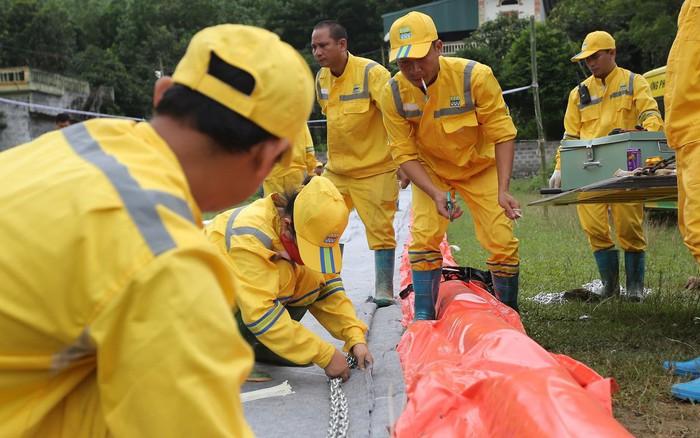 Đang triển khai lắp đặt hệ thống lưới lọc dầu trên suối Trâm và hồ Đầm Bài
