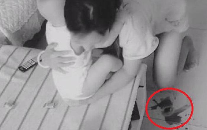 Lắp camera theo dõi vì nghĩ vợ lạnh nhạt với mình, chồng liền chứng kiến được cảnh tượng ...