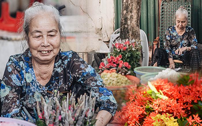 Triết lý sung sướng của cụ bà 81 tuổi bên gánh hàng hoa gói lá 70 năm ...